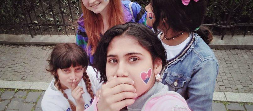 Miška motivuje dievčatá na Luníku IX zblízka i zdiaľky